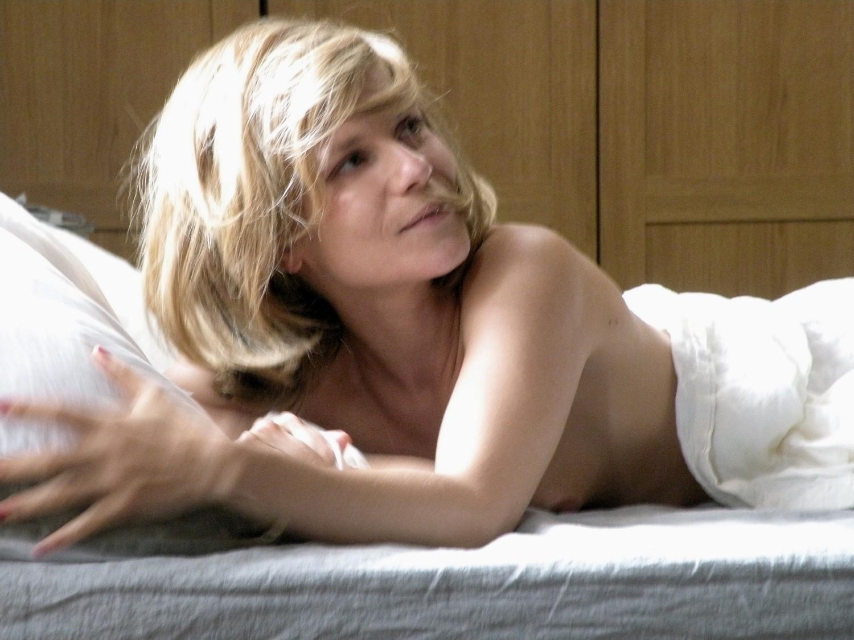 Wallpaper: una sensuale Marina Fois nel film Happy Few