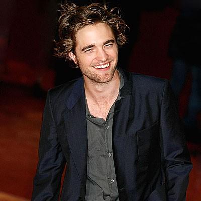 Pattinson sorride ai fotografi