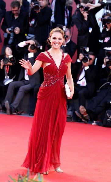 Una sorridente Natalie Portman, sul red carpet di Venezia 2010 per il thriller Black Swan
