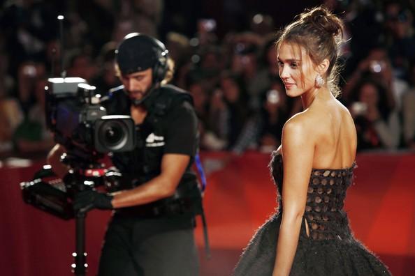 Venezia 2010: la splendida Jessica Alba, protagonista di Machete, con un abito Valentino