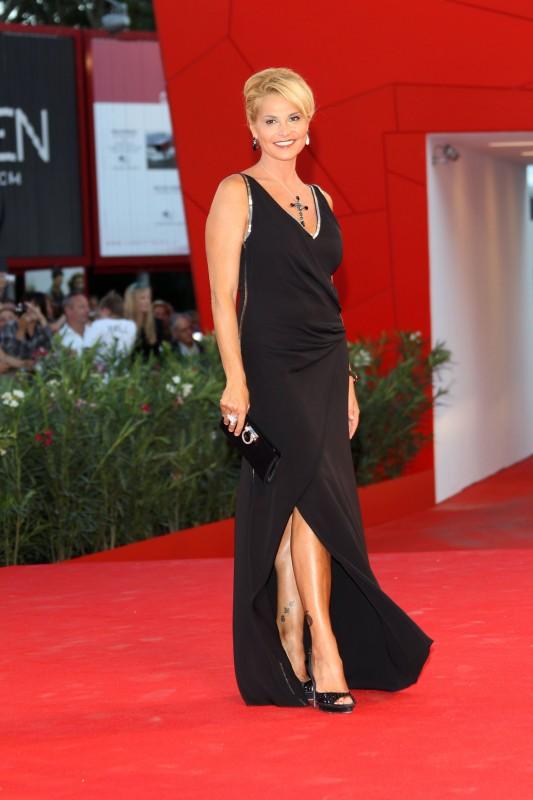 Venezia 2010, premiere di Black Swan: Simona Ventura indossa un abito di seta nero di Gucci, della collezione Collezione Cruise 2011.