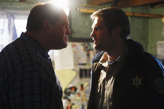 Abraham Benrubi e Geoff Stults nell'episodio I Came to Haplin for the Waters di Happy Town