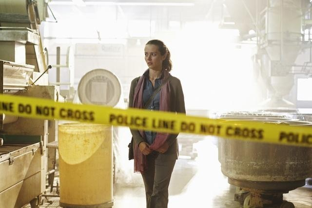 Amy Acker in un momento dell'episodio This Is Why We Stay di Happy Town
