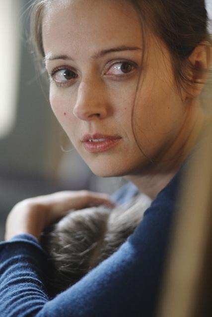 Amy Acker nell'episodio Blame It on Rio Bravo di Happy Town