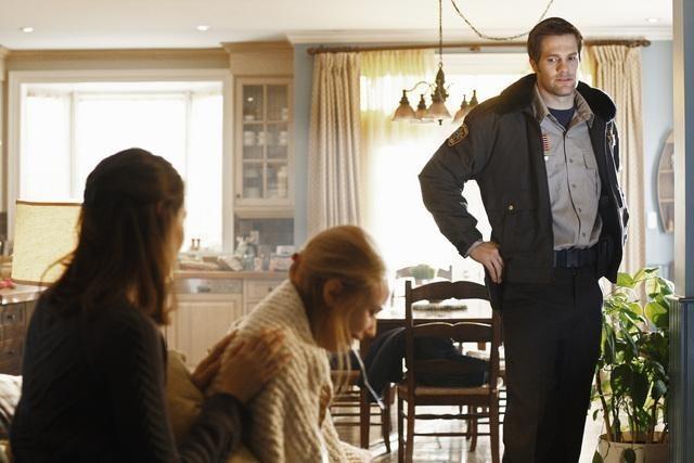 Amy Acker, Sarah Gadon e Geoff Stults in una scena dell'episodio I Came to Haplin for the Waters di Happy Town