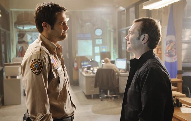 Geoff Stults e Peter Outerbridge nell'episodio Dallas Alice Doesn't Live Here Anymore di Happy Town