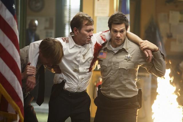 Jay Paulson e Peter Outerbridge nell'episodio Blame It on Rio Bravo di Happy Town