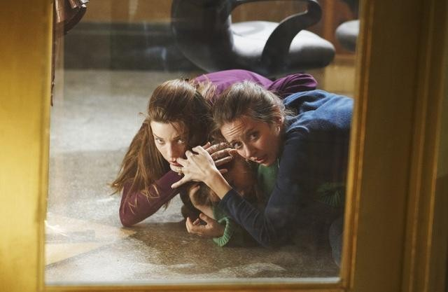 Lauren German ed Amy Acker nell'episodio Blame It on Rio Bravo di Happy Town