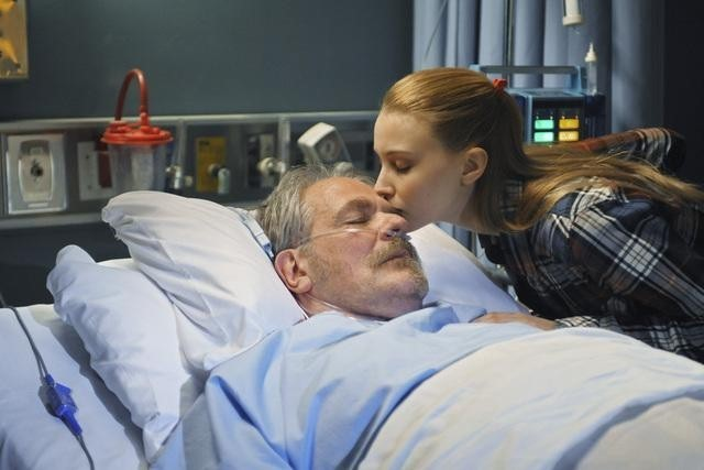 M.C. Gainey e Sarah Gadon nell'episodio I Came to Haplin for the Waters di Happy Town