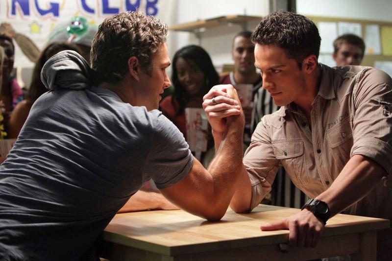 Mason (Taylor Kinney) e Tyler (Michael Trevino) si sfidano nell'episodio Brave New World di Vampire Diaries