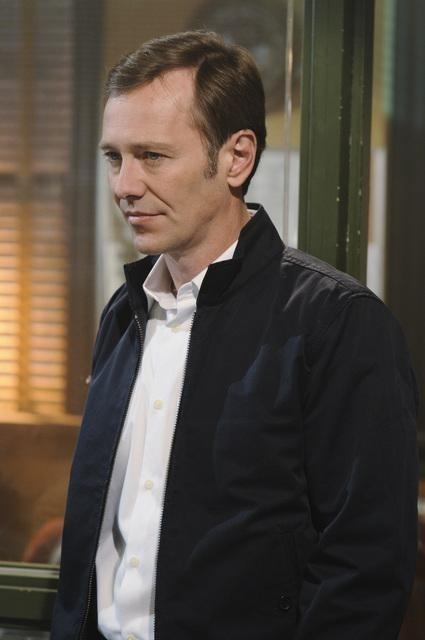 Peter Outerbridge nell'episodio Dallas Alice Doesn't Live Here Anymore di Happy Town