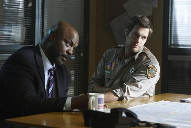 Robert Wisdom e Geoff Stults nell'episodio Questions and Antlers di Happy Town