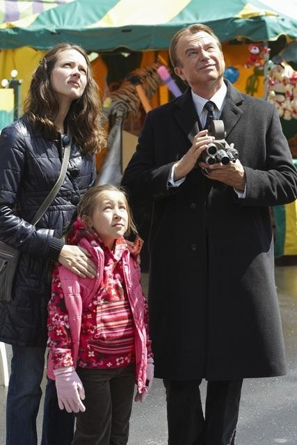 Sam Neill ed Amy Acker in un momento dell'episodio Polly Wants a Crack at Her di Happy Town