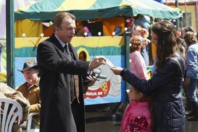 Sam Neill ed Amy Acker in una scena dell'episodio Polly Wants a Crack at Her di Happy Town