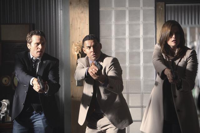 Seamus Dever, Jon Huertas e Stana Katic nell'episodio A Deadly Affair di Castle