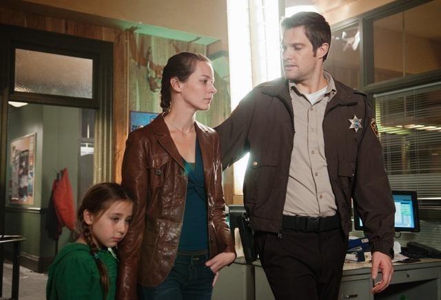 Sophia Ewaniuk, Amy Acker e Geoff Stults nell'episodio Blame It on Rio Bravo di Happy Town