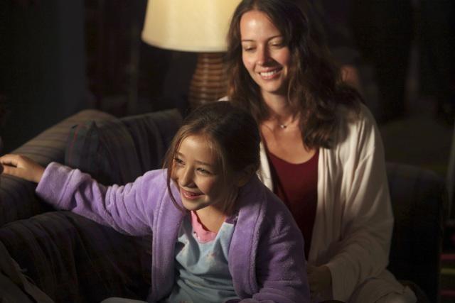 Sophia Ewaniuk ed Amy Acker nell'episodio Slight of Hand di Happy Town