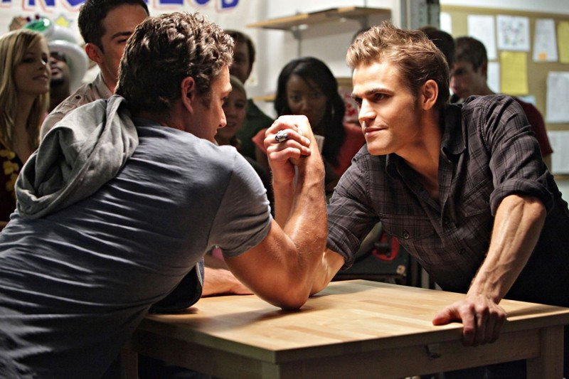 Taylor Kinney e Paul Wesley si sfidano a braccio di ferro in: Brave New World di Vampire Diaries