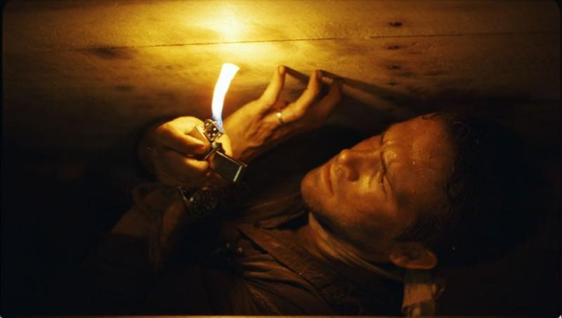 Una claustrofobica immagine del film Buried con Ryan Reynolds