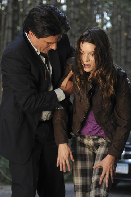 Warren Christie e Lauren German in un momento dell'episodio Polly Wants a Crack at Her di Happy Town