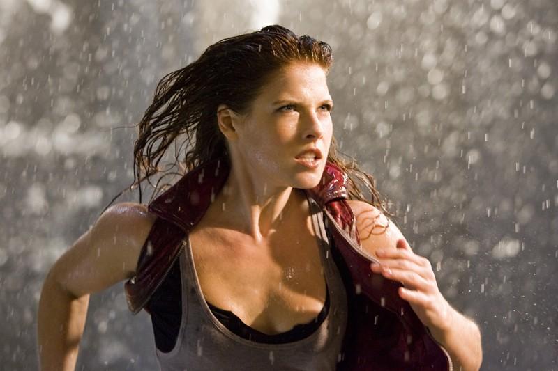 Claire (Ali Larter) in azione nel film Resident Evil: Afterlife
