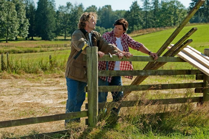 John Schneider e Tom Welling alla fattoria Kent in: Lazarus di Smallville