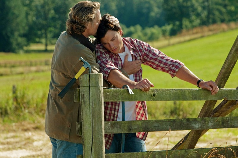 John Schneider e Tom Welling in una tenera scena dell'episodio Lazarus di Smallville