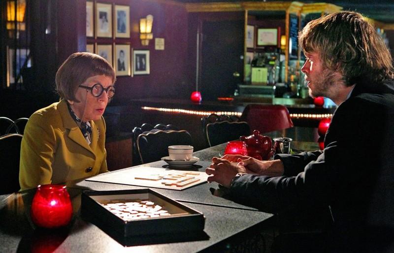 Linda Hunt parla con Mark Pellegrino in un momento dell'episodio Human Traffic di NCIS: Los Angeles