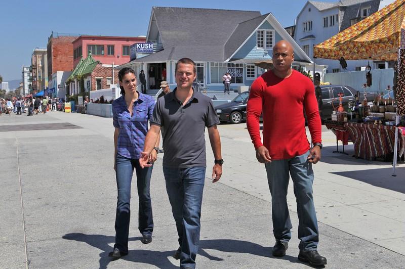LL Cool J, Chris O'Donnell e Daniela Ruah in strada nell'episodio Human Traffic di NCIS: Los Angeles
