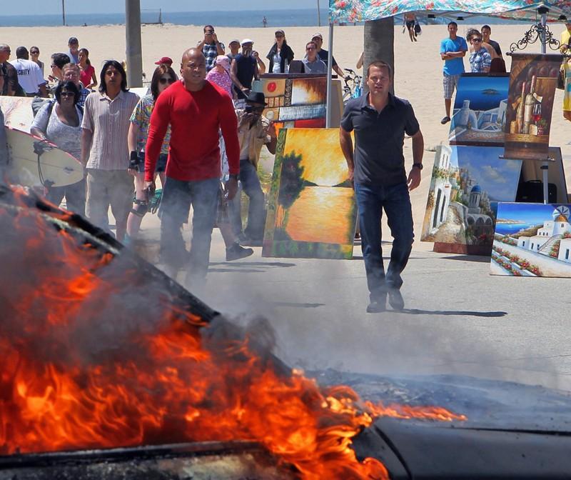 LL Cool J e Chris O'Donnell dopo una scena esplosiva dell'episodio Human Traffic di NCIS: Los Angeles