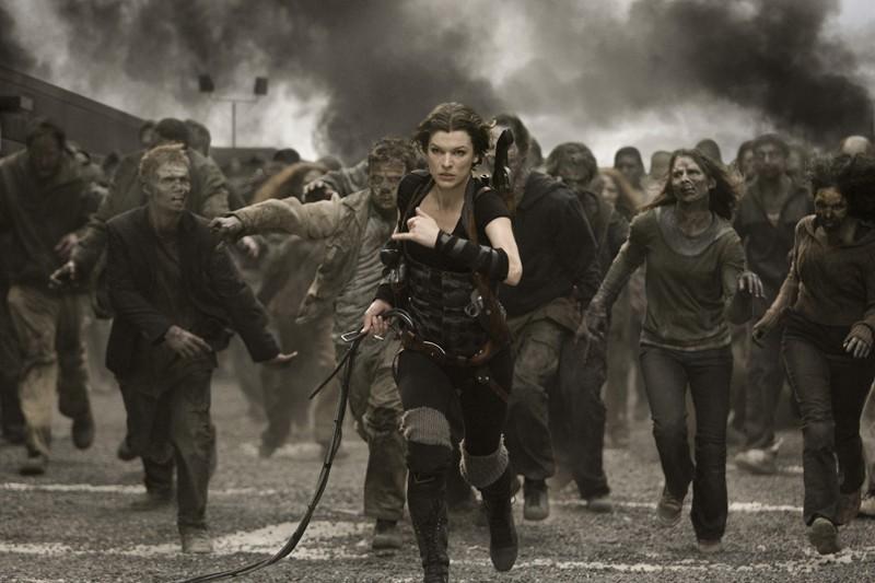 Milla Jovovich inseguita dagli zombie nel film Resident Evil: Afterlife
