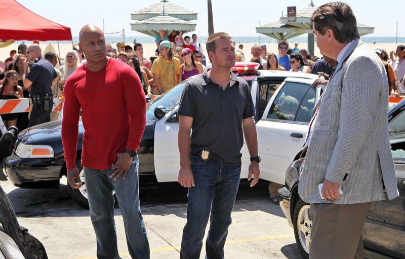 NCIS: Los Angeles: Chris O'Donnell e LL Cool J parlano con un agente in: Human Traffic