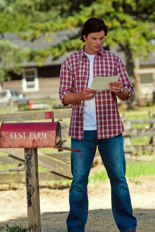 Tom Welling legge una lettera in una sequenza dell'episodio Lazarus di Smallville