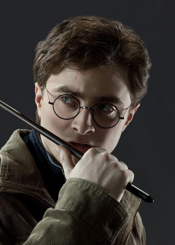 Un pensieroso Daniel Radcliffe in uno scatto promo per il film I Doni della Morte - parte 1