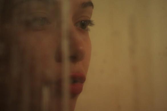 Un primo piano di Alexandra Pirici dal film Hai paura del buio