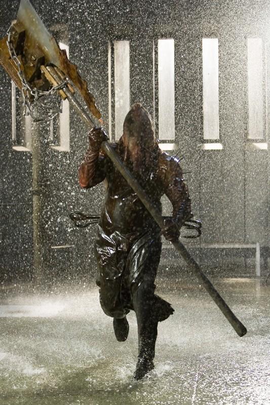 Una sequenza di Resident Evil: Afterlife con un mostruoso essere