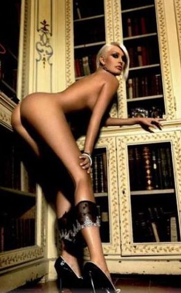 Brigitta Bulgari mostra il lato b in un servizio fotografico davvero hot