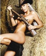 Una foto di Brigitta Bulgari in versione pistolera