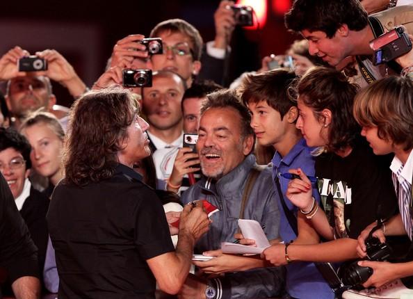 Venezia 2010: Ligabue firma autografi ai fan