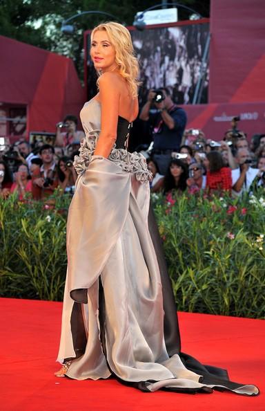 Venezia 2010, Valeria Marini sul tappeto rosso per la premiere di Somewhere