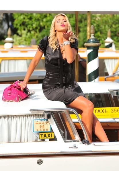 Venezia 2010, Valeria Marini, una showgirl al bacio in Laguna