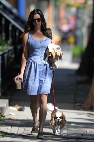 Liv Tyler durante una passeggiata di sole con il suo fedele cane