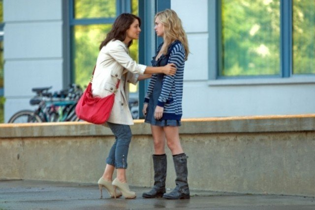 Shiri Appleby e Brittany Robertson nell'episodio Parents Unemployed di Life UneXpected