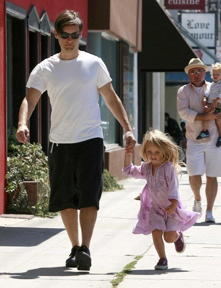 Tobey Maguire all'uscita di un ristorante con le figlie Ruby e Otis in West Hollywood, CA
