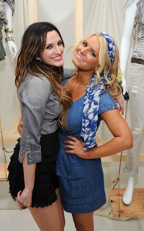 Jessica e la sorella minore Ashlee Simpson alla Jeanswear Collection di New York