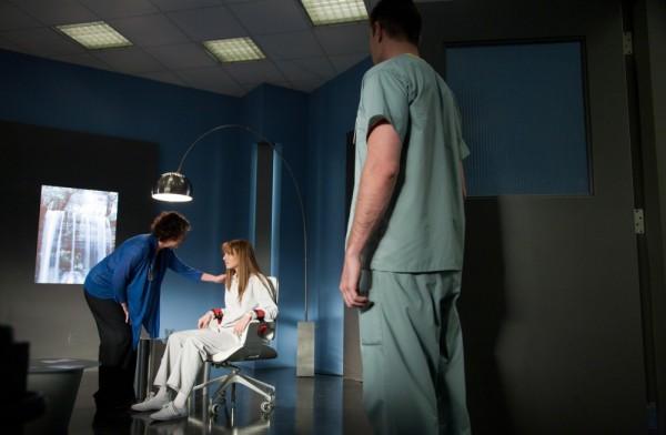 Anna Torv in una scena della premiere della terza stagione di Fringe, dal titolo Olivia