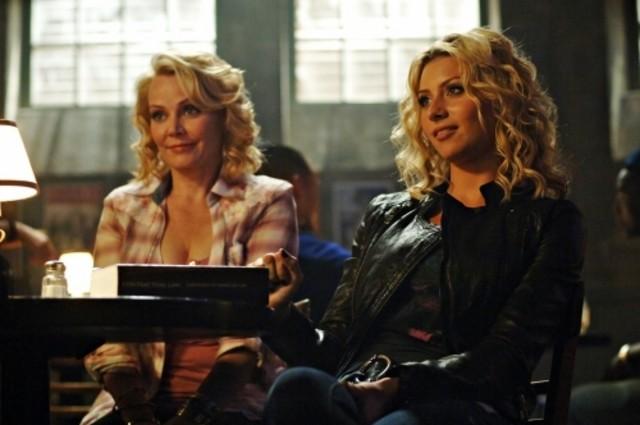 Gail O'Grady ed Alyson Michalka nell'episodio I Say A Little Prayer della serie Hellcats