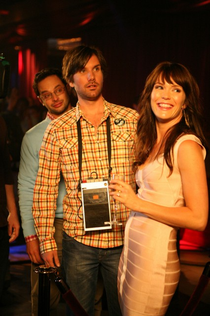 Nick Kroll, Jon Lajoie e Katie Aselton in una scena della premiere della stagione 2 di The League