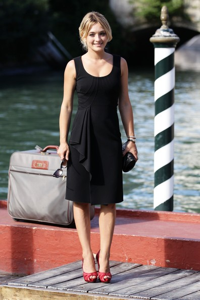 Venezia 2010: una sorridente Carolina Crescentini in partenza