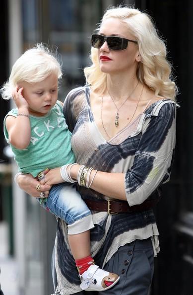 Gwen Stefani con in braccio il figlio Zuma